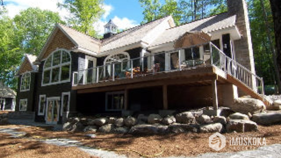 Waterside of Cottage Lots of level land to play. Easy access to docks and Lake Muskoka