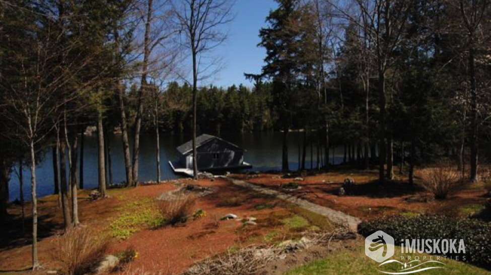 Immaculate Landscaped Grounds natual landscaping, level to lake