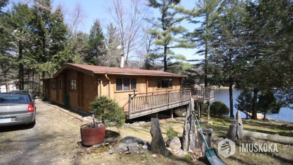 Cottage side view Level lot to Lake Muskoka. Easy access for cars